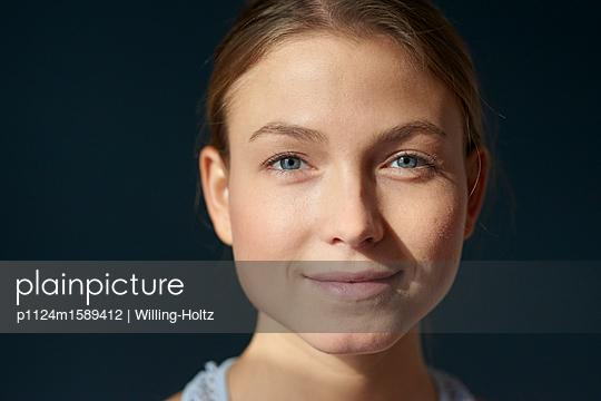 Porträt einer jungen Frau - p1124m1589412 von Willing-Holtz