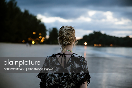 Thailand, Khao Lak, back view of woman on the beach at evening - p300m2012465 von Christophe Papke