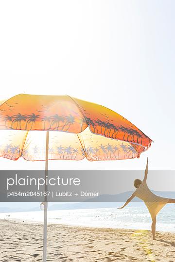 Frisky at the beach - p454m2045167 by Lubitz + Dorner