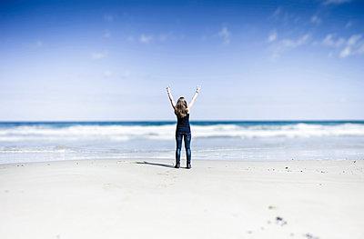 Woman on beach - p1053m907060 von Joern Rynio