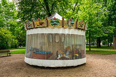 Carrousel in the park - p813m1154689 by B.Jaubert