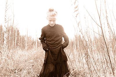 Blonde girl in the field - p945m2152893 by aurelia frey