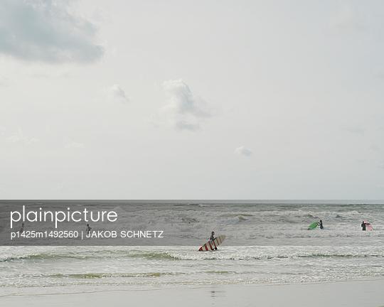 Surfers - p1425m1492560 von JAKOB SCHNETZ