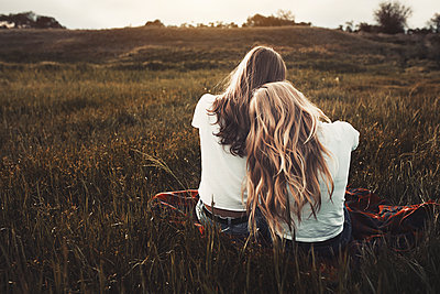 Tranquil teenage sisters in white t-shirts in rural field - p1023m1506574 by Arman Zhenikeyev