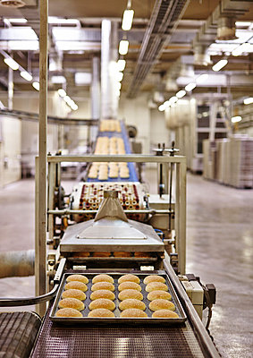 Production of bread rolls for Hamburger - p390m881064 by Frank Herfort