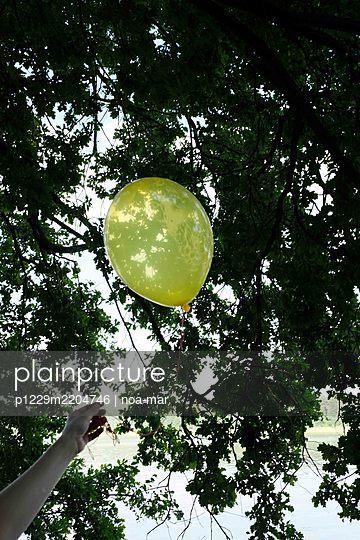 Yellow balloon - p1229m2204746 by noa-mar