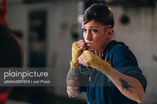 Boxer training in gym - p924m2097619 by Juri Pozzi