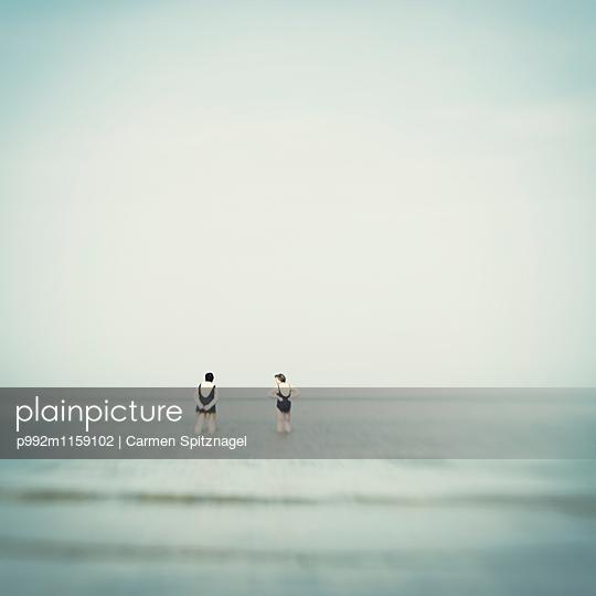 Zwei Frauen im Meer - p992m1159102 von Carmen Spitznagel
