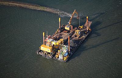 Baggerarbeiten auf Arbeitsschiff - p1016m741917 von Jochen Knobloch