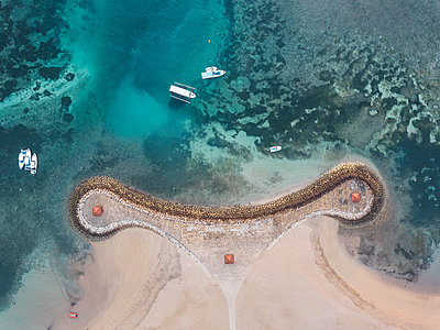 Indonesia, Bali, Aerial view of Nusa Dua beach, pier and boats from above - p300m2029794 by Konstantin Trubavin