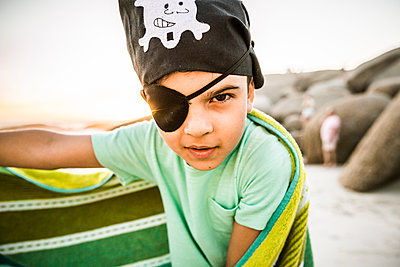 Portrait of a boy dressed up as pirat on the beach - p300m2167098 by Floco Images