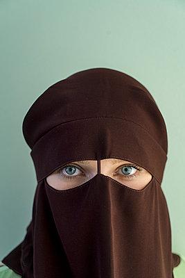 Woman wearing niqab - p427m1591675 by R. Mohr