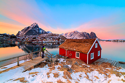 Traditional Rorbu with grass roof, Reine, Lofoten Islands, Norway (MR) - p651m2033197 by Roberto Moiola