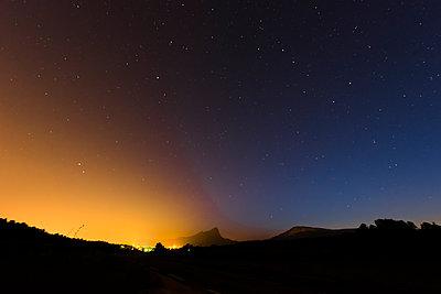 Lichtverschmutzung unter Sternenhimmel - p829m1110844 von Régis Domergue