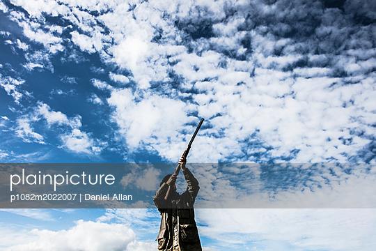 Mann mit Jagdgewehr - p1082m2022007 von Daniel Allan