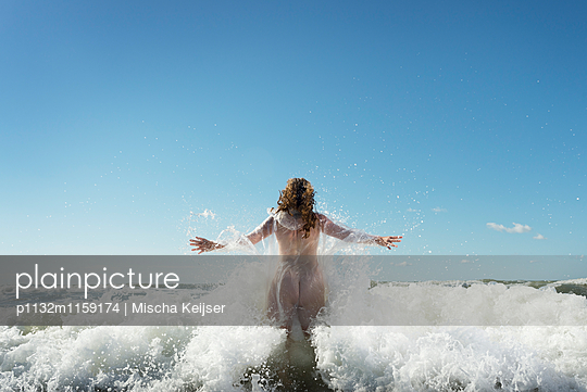 Jump into the sea - p1132m1159174 by Mischa Keijser