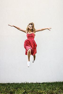 Weiblicher Teenager macht einen Luftsprung - p1019m1496309 von Stephen Carroll