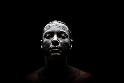 Lehm im Gesicht - p1165m952625 von Pierro Luca