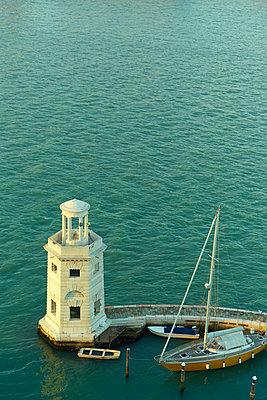 Segelboot und kleiner Leuchtturm - p1312m1575211 von Axel Killian