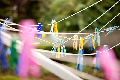 Clothes line with pegs in garden - p300m1206048 by Michelle Fraikin