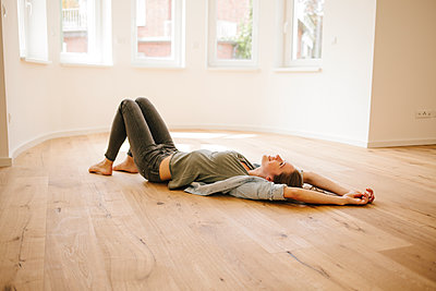 Young woman relaxing on floor - p586m1064868 by Kniel Synnatzschke