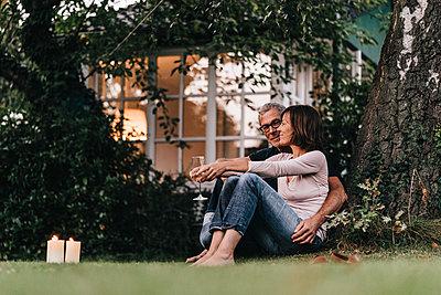 Reifes Paar entspannt im Garten - p586m1178446 von Kniel Synnatzschke