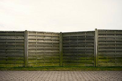 Verwitterter Holzzaun als Sichtschutz - p586m899767 von Kniel Synnatzschke