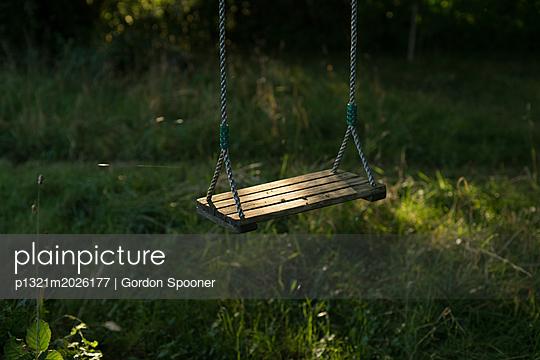 Schaukel im Garten - p1321m2026177 von Gordon Spooner