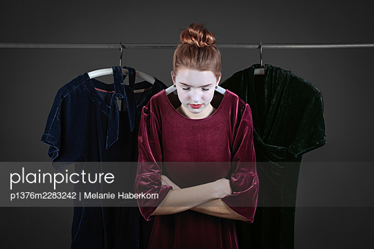 Young woman wearing velvet dress, portrait - p1376m2283242 by Melanie Haberkorn