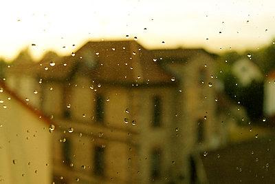 Regentropfen an einer Scheibe - p9791747 von Kosa