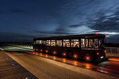 Bus bei Nacht - p248m1516170 von BY