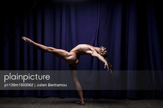 Naked male dancer stands on one leg - p1139m1503062 by Julien Benhamou