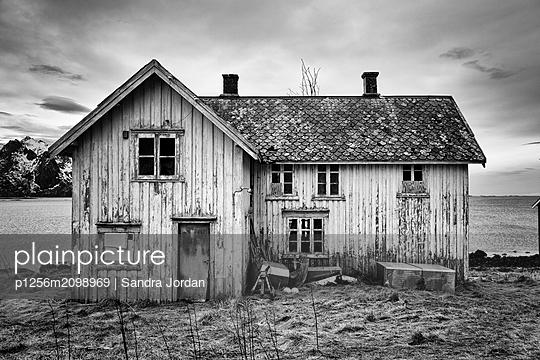 Einsames Haus auf den Lofoten - p1256m2098969 von Sandra Jordan