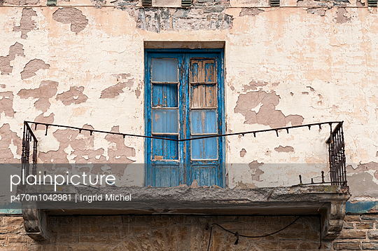 Alte Hausfassade mit Balkon - p470m1042981 von Ingrid Michel