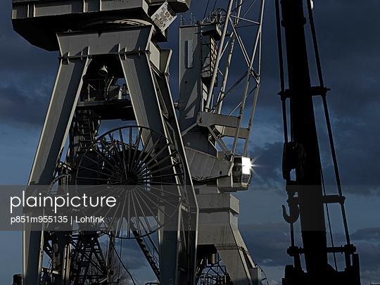 Dockside crane - p851m955135 by Lohfink