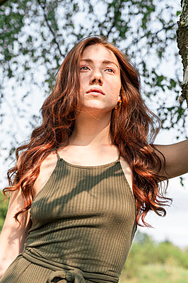 Portrait of a young woman in the park - p1609m2254077 by Katrin Wolfmeier