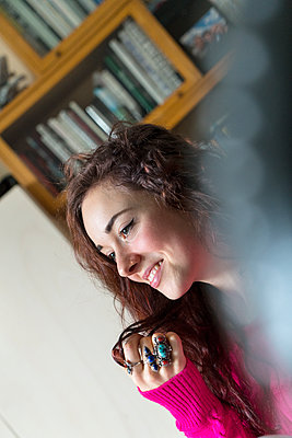 Young woman, smiling - p427m2090085 by Ralf Mohr