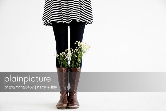 Kamille in den Stiefeln - Minirock - p1212m1123467 von harry + lidy