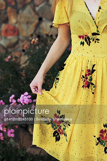 Frau in gelbem Kleid - p1412m2245100 von Svetlana Shemeleva