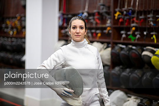 Portrait of womanin fencing outfit at gym - p300m2243578 by Jose Carlos Ichiro