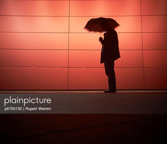 Mann mit Regenschirm - p6760192 von Rupert Warren
