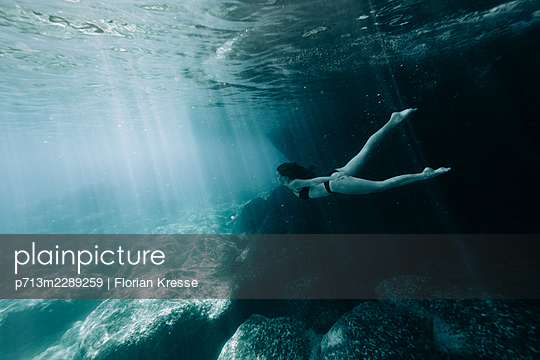 Underwater, woman diving in the Ionian Sea - p713m2289259 by Florian Kresse