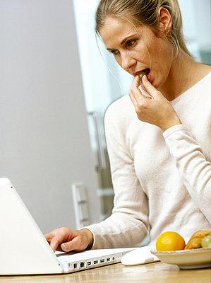 Frau am Computer - p2686152 von icon art