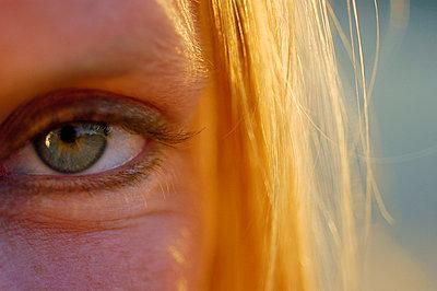 Grünes Auge; blondes Haar - p8290031 von Régis Domergue