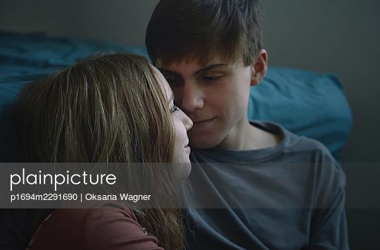 Verliebtes junges Paar - p1694m2291690 von Oksana Wagner