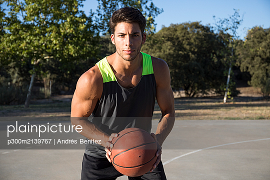 Basketball player with basketball - p300m2139767 by Andrés Benitez