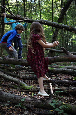 Children playing in the forest - p045m953753 by Jasmin Sander