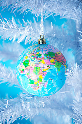 Christmas bauble in the shape of a globe - p1149m2038760 by Yvonne Röder