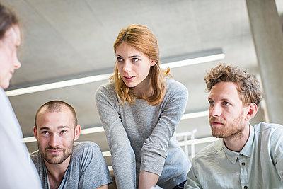 Vier Studenten in Bibliothek - p1284m1452093 von Ritzmann