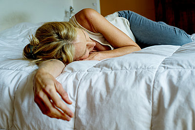 Woman lying down on bed - p623m1447748 by Frederic Cirou